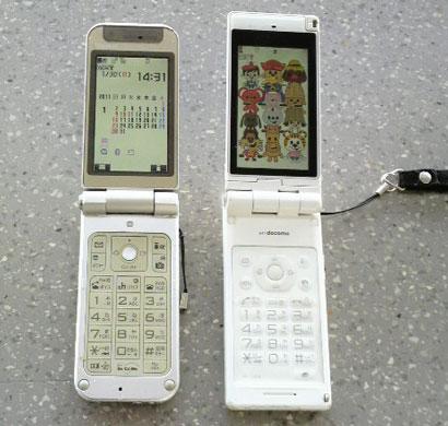 右・SIMカートを抜かれた携帯画面
