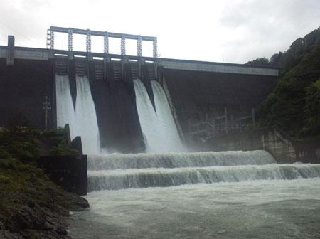 放水中の早明浦ダム