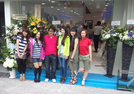 店のスタッフ達と記念撮影
